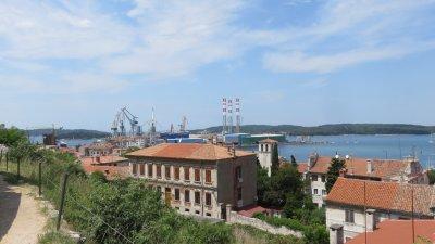 Les chantiers navals depuis le château de Pula