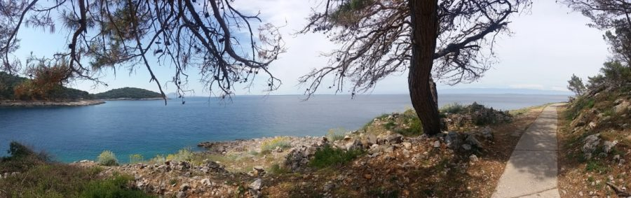 Jolie balade le long de la mer sur l'île de Losinj
