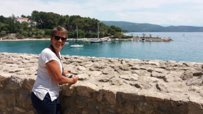 Le bord de mer depuis les fortifications de Krk (Croatie)