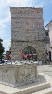L'horloge et la fontaine de la place Vela de Krk (Croatie)