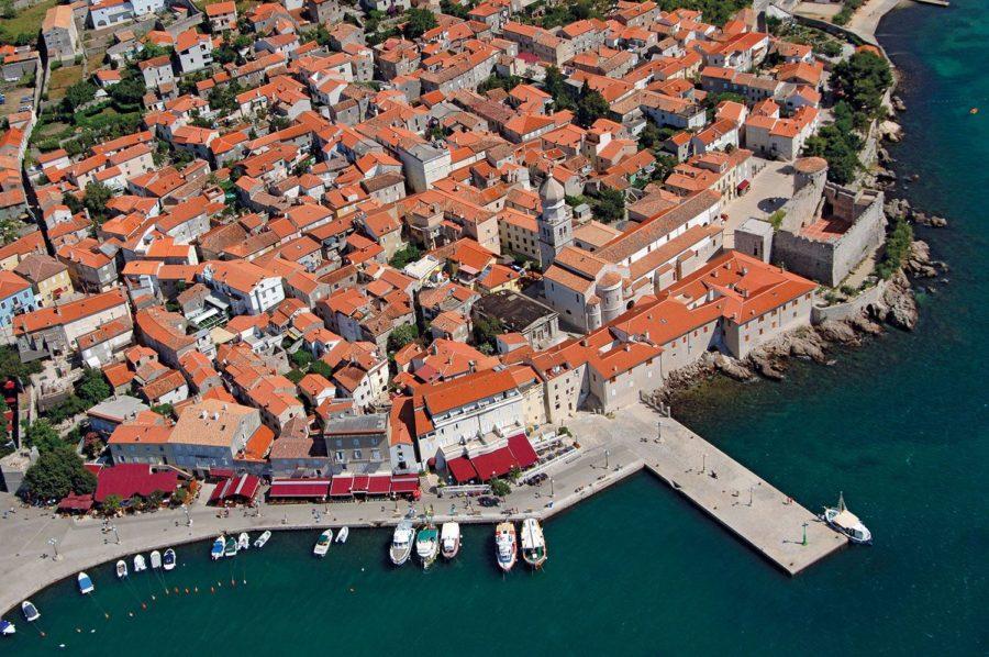 Vue aérienne de la ville de Krk (Croatie)