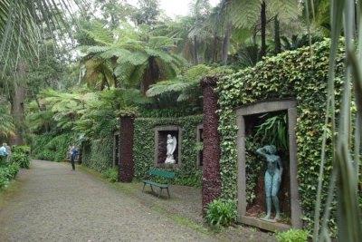 Sculptures entourées de fougères arborescentes - Jardin Monte Palace (Funchal)