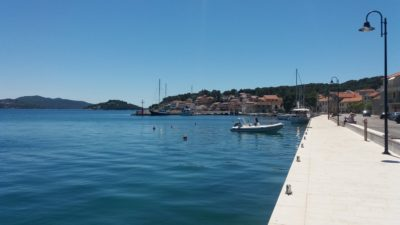 Les quais du port de Tisno (Croatie)