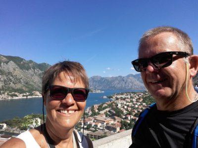 Nous sommes sur la muraille de Kotor avec une jolie vue sur la baie - Monténégro