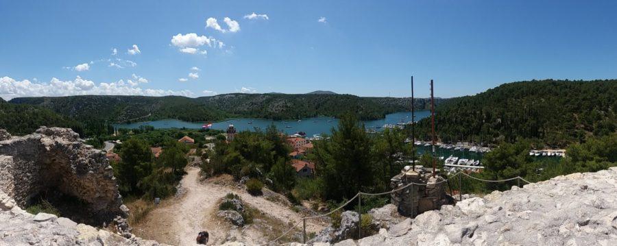 Vue panoramique sur Skradin et le port depuis la forteresse - Croatie