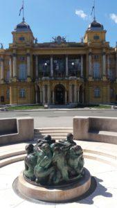 Sculpture d'Ivan Mestrovic  dans la fontaine devant le théâtre national croate - Zagreb