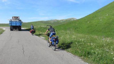 Des cyclistes courageux sur le plateau du parc du Durmitor - Monténégro