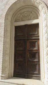 Belle porte ancienne dans les rues de Kotor - Monténégro