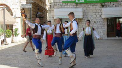 Groupe folklorique monténégrin dans la vieille ville de Kotor - Monténégro