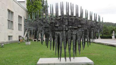 Statue de bronze devant la Galerie Nationale de Ljubljana (Slovénie)