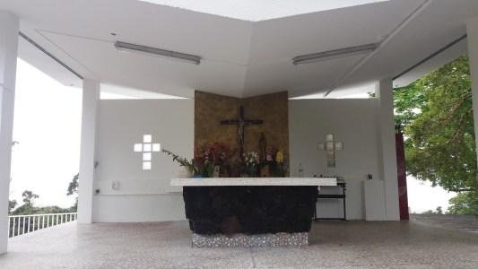 Autel et grande Croix au sommet du Piton des Songes (Réunion)