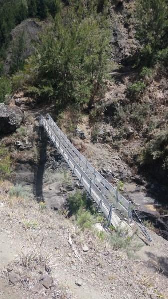 La passerelle Etheve sur la rivière des galets
