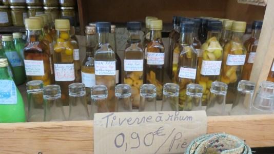 Rhum local au marché de Cilaos
