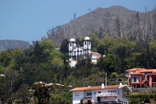 Vue sur L'église Notre Dame de Monte depuis le jardin botanique