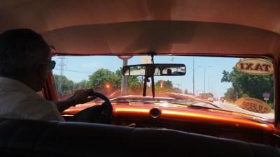 Dans notre taxi depuis l'aéroport de La Havane (Cuba)