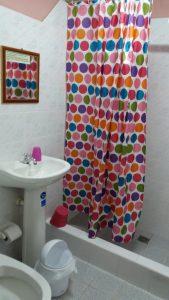Notre chambre et salle de bain chez l'habitant rue Cardenas - La Havane (Cuba)