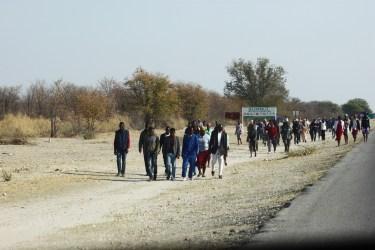 Population à la sortie de Nata - Botswana