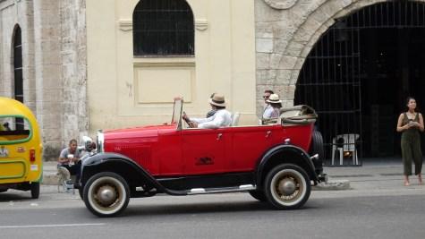 Vieille voiture devant le marché des artisans de Almacenes San Jose - La Havane (Cuba)