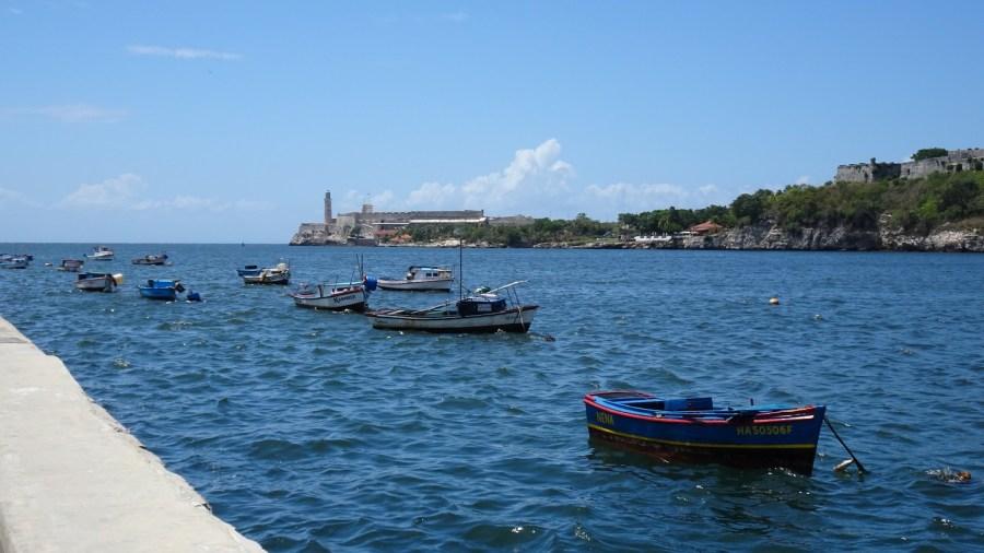 Le bord de mer avec au fond le phare et le château de los tres Reyes del Morro - La Havane (Cuba)