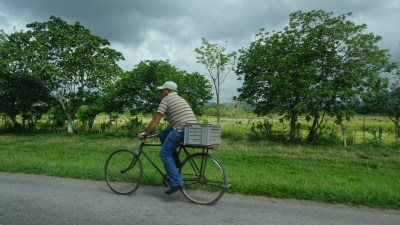 Cycliste sur l'autoroute La Havane - Vinales (Cuba)