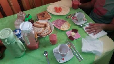 Petit déjeuner copieux chez l'habitant à Vinales (Cuba)