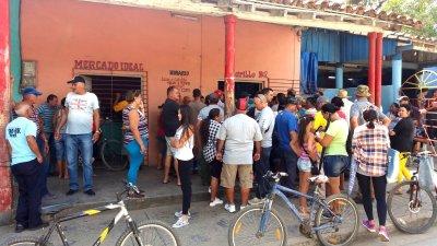Files d'attentes pour avoir des oeufs à Vinales (Cuba)