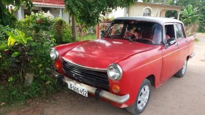 Une Peugeot 404 à Vinales (Cuba) ! Etonnant...