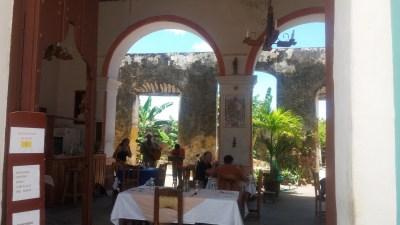 Au restaurant dans les rues pavées de Trinidad - Cuba