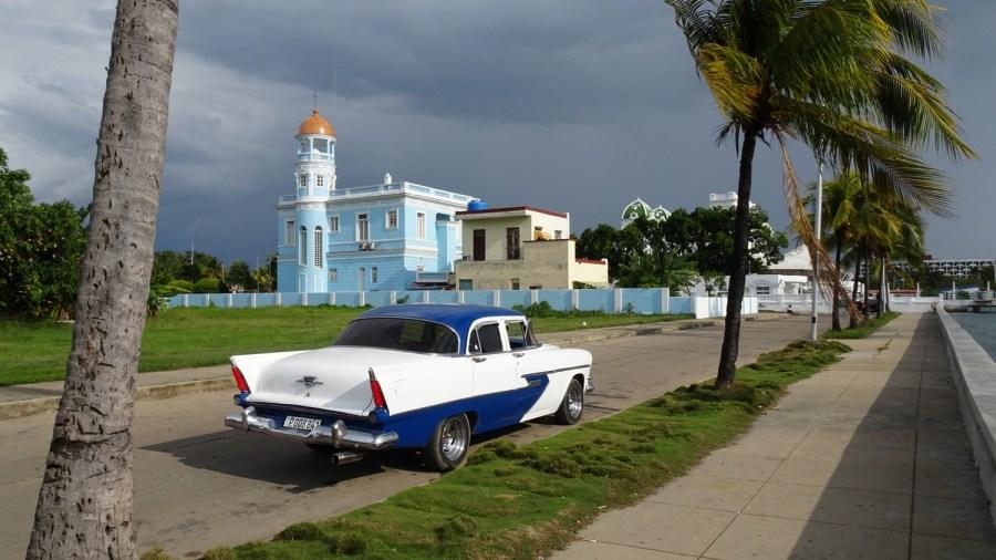 Le Palacio Azul derrière cette belle américaine - Cienfuegos (Cuba)
