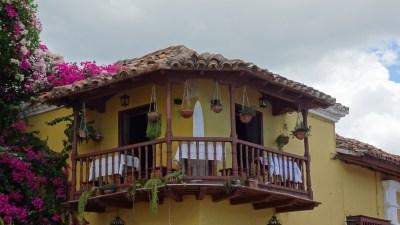 Beau balcon dans les rues pavées de Trinidad - Cuba