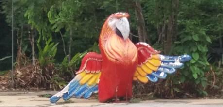 Statue géante d'un ara à l'entrée du parc National Carara - Costa Rica