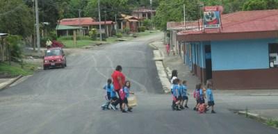 Ecoliers dans le village de Tilaran - Costa Rica