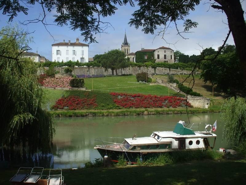 Le jardin public vu du canal - Damazan