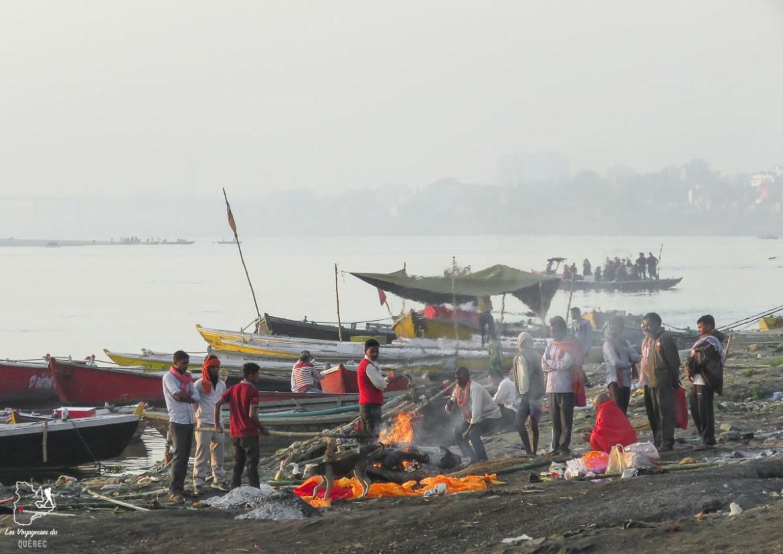 Crémation sur le bord du Gange à Varanasi en Inde dans mon article Varanasi en Inde : mon séjour émouvant dans la capitale spirituelle indienne #varanasi #benares #inde #india #voyage #asie #gange #hindouisme #religion #cremation