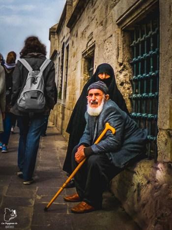 Un Turc qui regarde les passants dans mon article Carnet de voyage à Istanbul : Ville de contrastes et de découvertes #istanbul #turquie #voyage