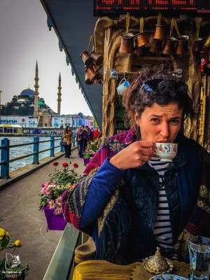 Pause-café sur le Pont de Galata à Istanbul dans mon article Carnet de voyage à Istanbul : Ville de contrastes et de découvertes #istanbul #turquie #voyage