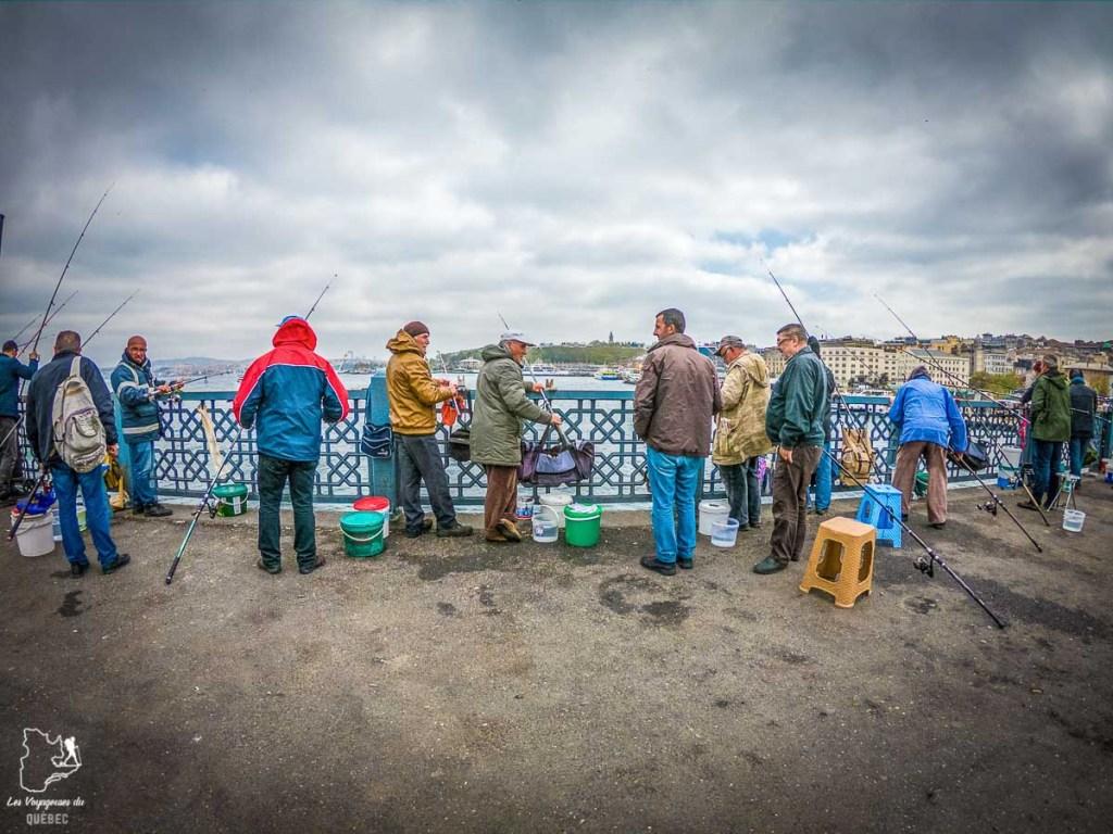 Pêcheurs sur le pont de Galata dans mon article Carnet de voyage à Istanbul : Ville de contrastes et de découvertes #istanbul #turquie #voyage #galata #bosphore