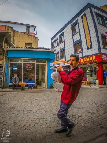 Commerçant dans les rues d'Istanbul dans mon article Carnet de voyage à Istanbul : Ville de contrastes et de découvertes #istanbul #turquie #voyage