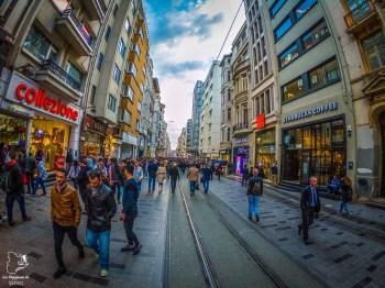 Istiklal Cadessi, l'artère principal dans mon article Carnet de voyage à Istanbul : Ville de contrastes et de découvertes #istanbul #turquie #voyage