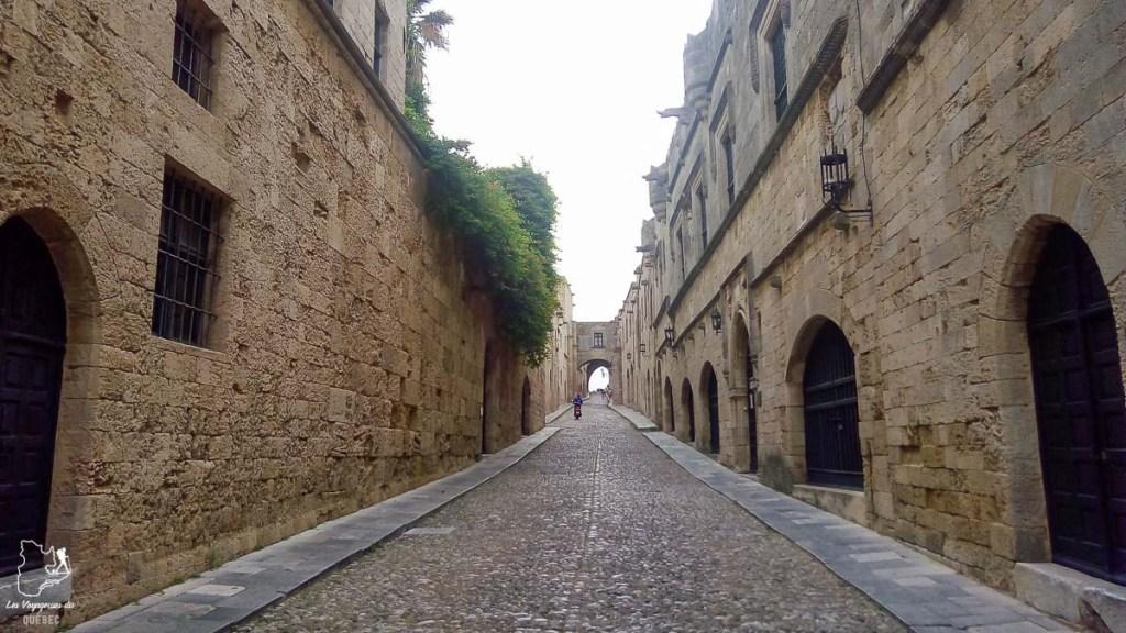 La rue des chevaliers à Rhodes dans mon article Rhodes en Grèce : Petit guide pour savoir que faire à Rhodes et visiter #rhodes #ilesderhodes #rhodesengrece #grece #ile