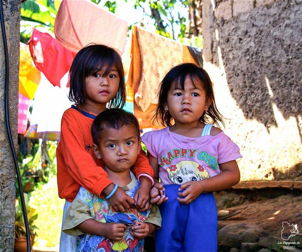 Enfants à Bogor lors d'un voyage à Java autrement dans notre article Autre regard sur l'île de Java en Indonésie : Un voyage à Java autrement #java #indonesie #voyage #horsdessentiersbattus #javaautrement #iledejava