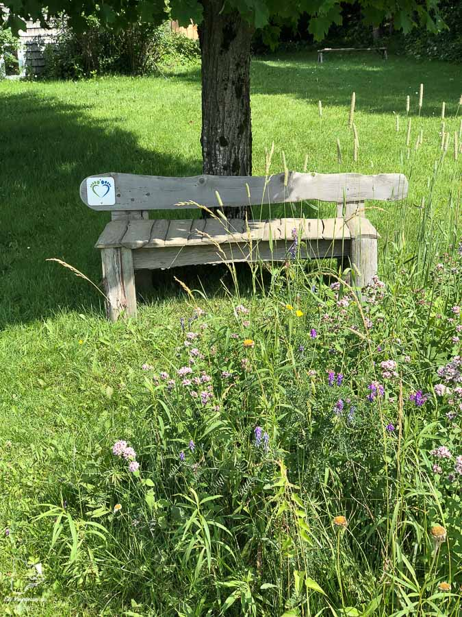 Les bancs du Mini-Compostelle de Mégantic dans notre article Chemin de Compostelle au Québec : Circuit de 6 jours au cœur de Mégantic #compostelle #quebec #megantic #cantonsdelest #marche #pelerinage