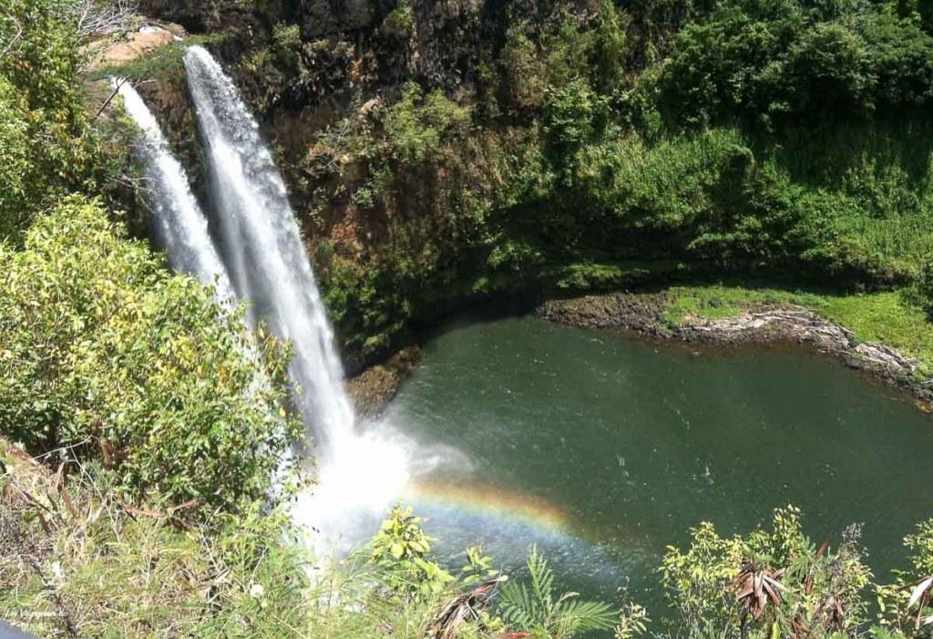 Wailua falls à visiter à Kauai à Hawaii dans notre article sur Visiter Kauai à Hawaii : 12 incontournables à faire sur l'île de Kauai #kauai #hawaii #voyage #usa #ile #iledekauai #kauaihawaii #wailua #chute