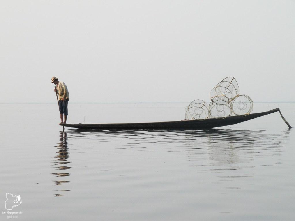 Pêcheur sur le Lac Inle dans notre article Voyage au Myanmar : Mes expériences et lieux à visiter au Myanmar #myanmar #birmanie #asie #voyage #itineraire #lacinle