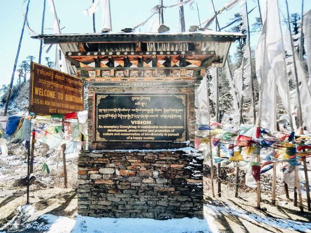Drapeaux à prières au col Yuto La dans notre article Visiter le Bhoutan : Voyage dans ce petit royaume enchanteur hors du temps #bhoutan #asie #voyage