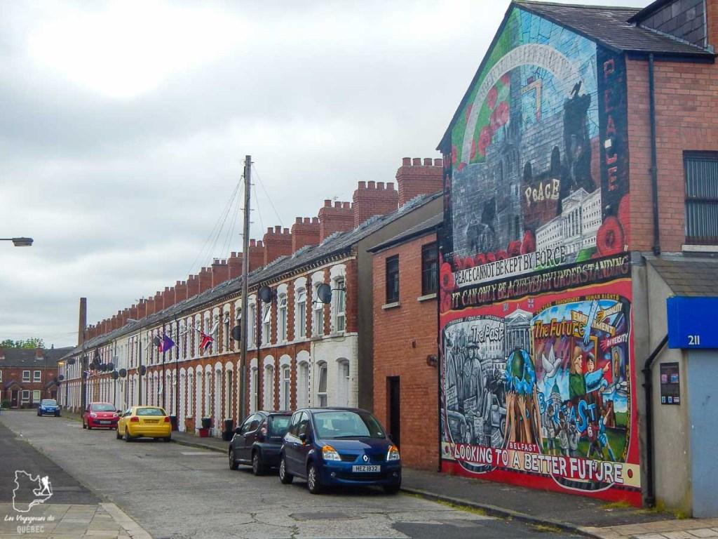 Rue typique de Belfast en Irlande du Nord dans notre article Visiter Belfast en Irlande du Nord : que faire à Belfast, un musée à ciel ouvert #belfast #irlandedunord #royaumeunis #voyage #citytrip #europe