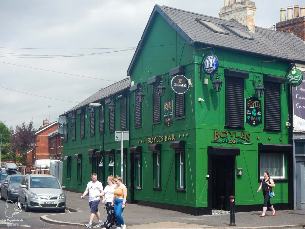 Pub irlandais qui affiche fièrement le vert du côté républicain de Belfast dans notre article Visiter Belfast en Irlande du Nord : que faire à Belfast, un musée à ciel ouvert #belfast #irlandedunord #royaumeunis #voyage #citytrip #europe