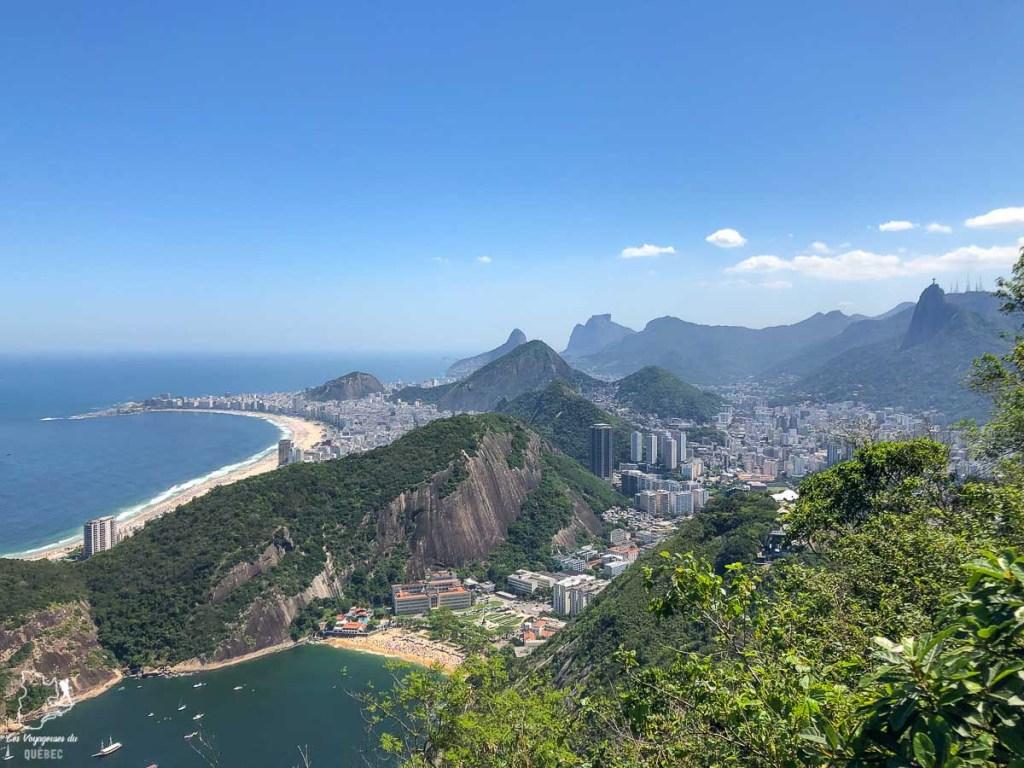 Vue du sommet du Pain de sucre, emblème à visiter à Rio de Janeiro dans notre article Visiter Rio de Janeiro au Brésil : Que faire à Rio, la belle! #rio #riodejaneiro #bresil #ameriquedusud #voyage