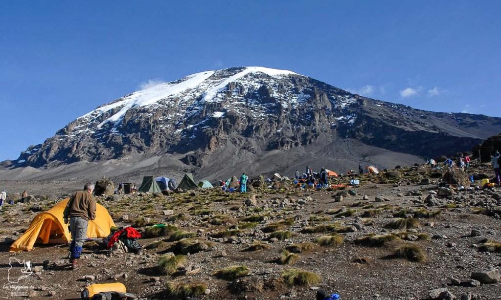 Randonnée vers le sommet du Kilimanjaro en Afrique dans notre article Comment se préparer à la haute altitude pour éviter le mal des montagnes #montagne #hautealtitude #hautemontagne #maldesmontagnes #malaigudesmontagnes #randonnee #hautealtitude