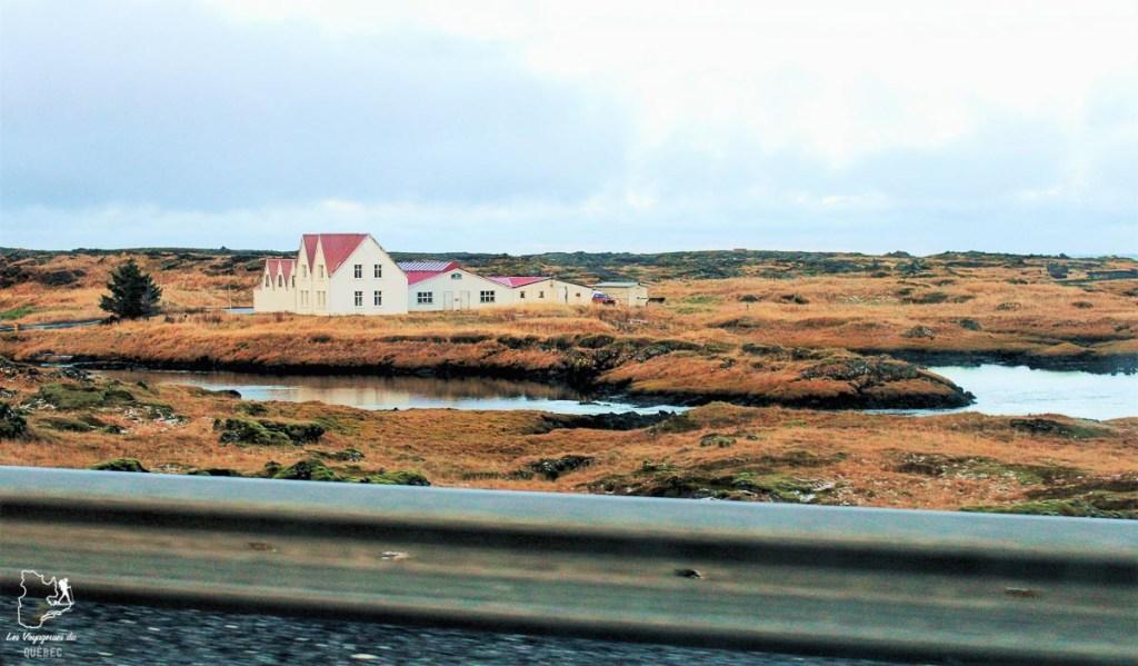 Sur la route pour visiter l'Islande dans notre article Visiter l'Islande : quoi faire et voir en 4 jours seulement #islande #europe #voyage